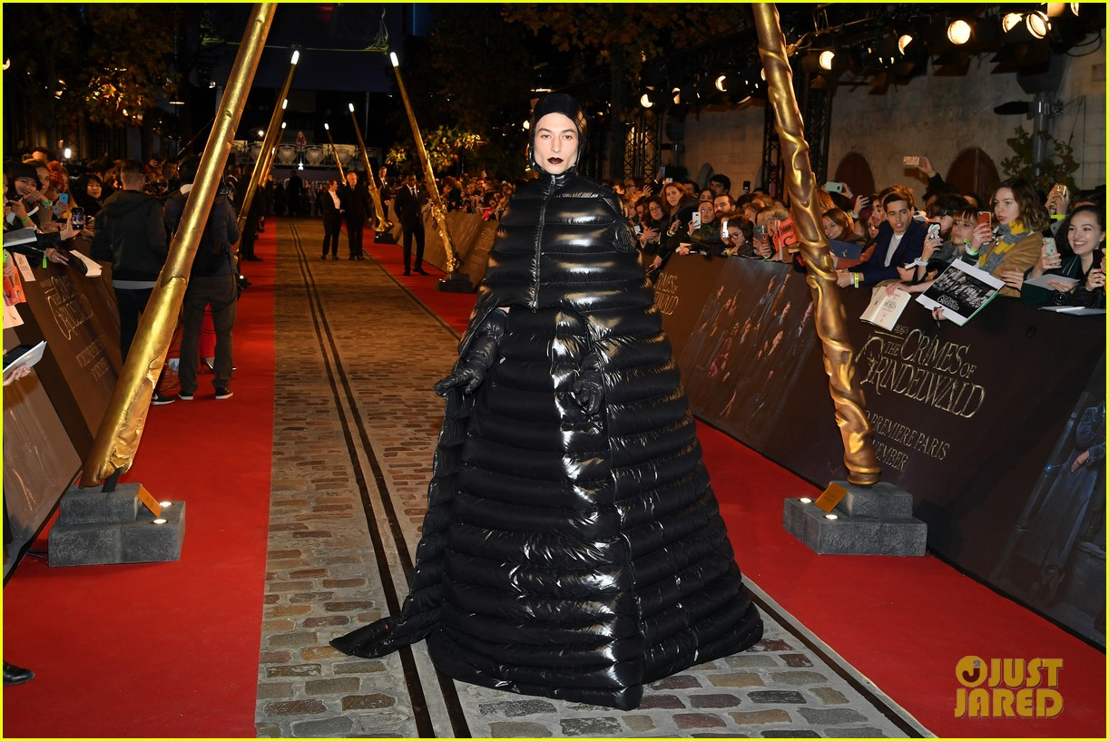 Ezra Miller jadi perhatian saat datang ke red carpet world premiere Fantastic Beasts: The Crimes of Grindelwald (dok. Just Jared)