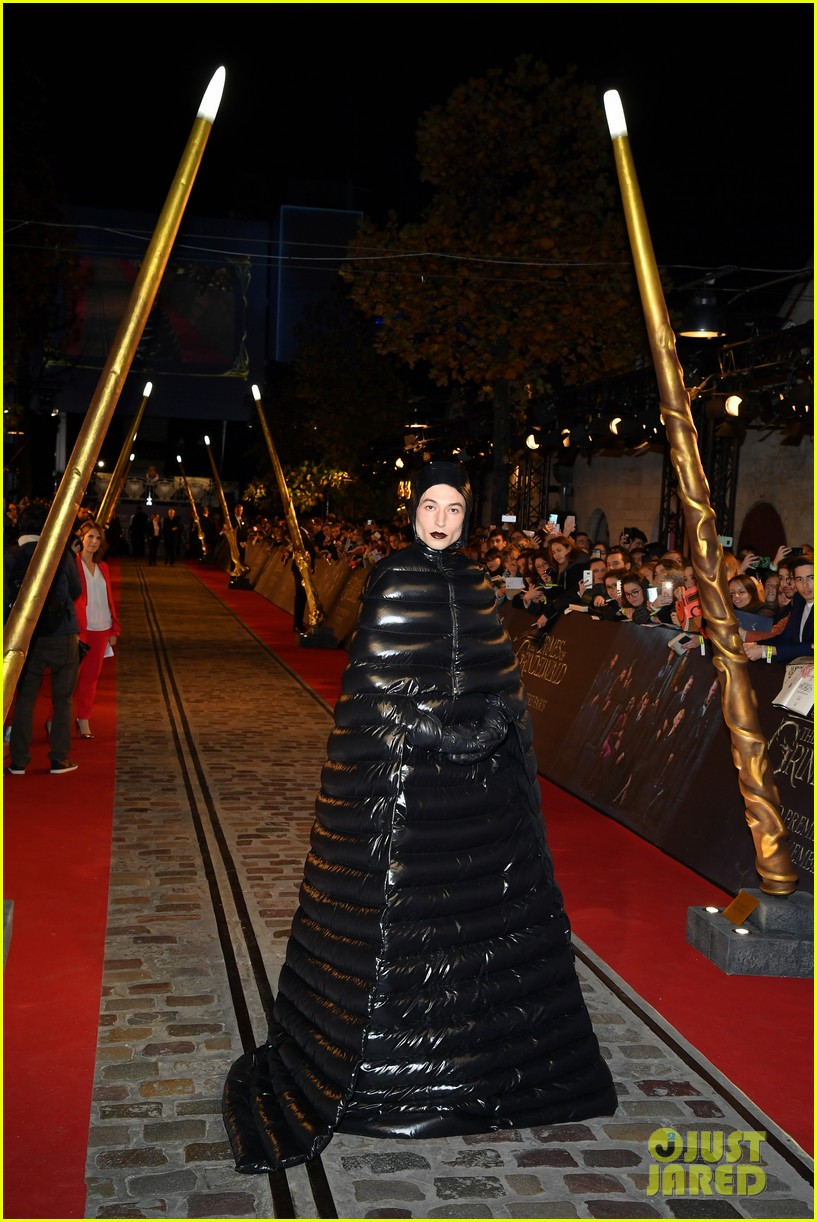 ezra miller is show stopper at fantastic beasts paris world premiere 094177892