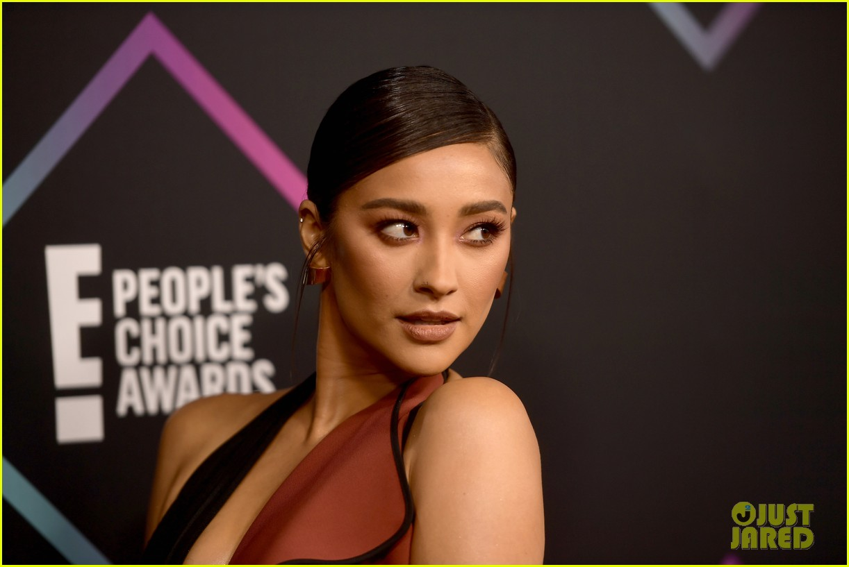 shay mitchell kat graham peoples choice awards 2018 114180648