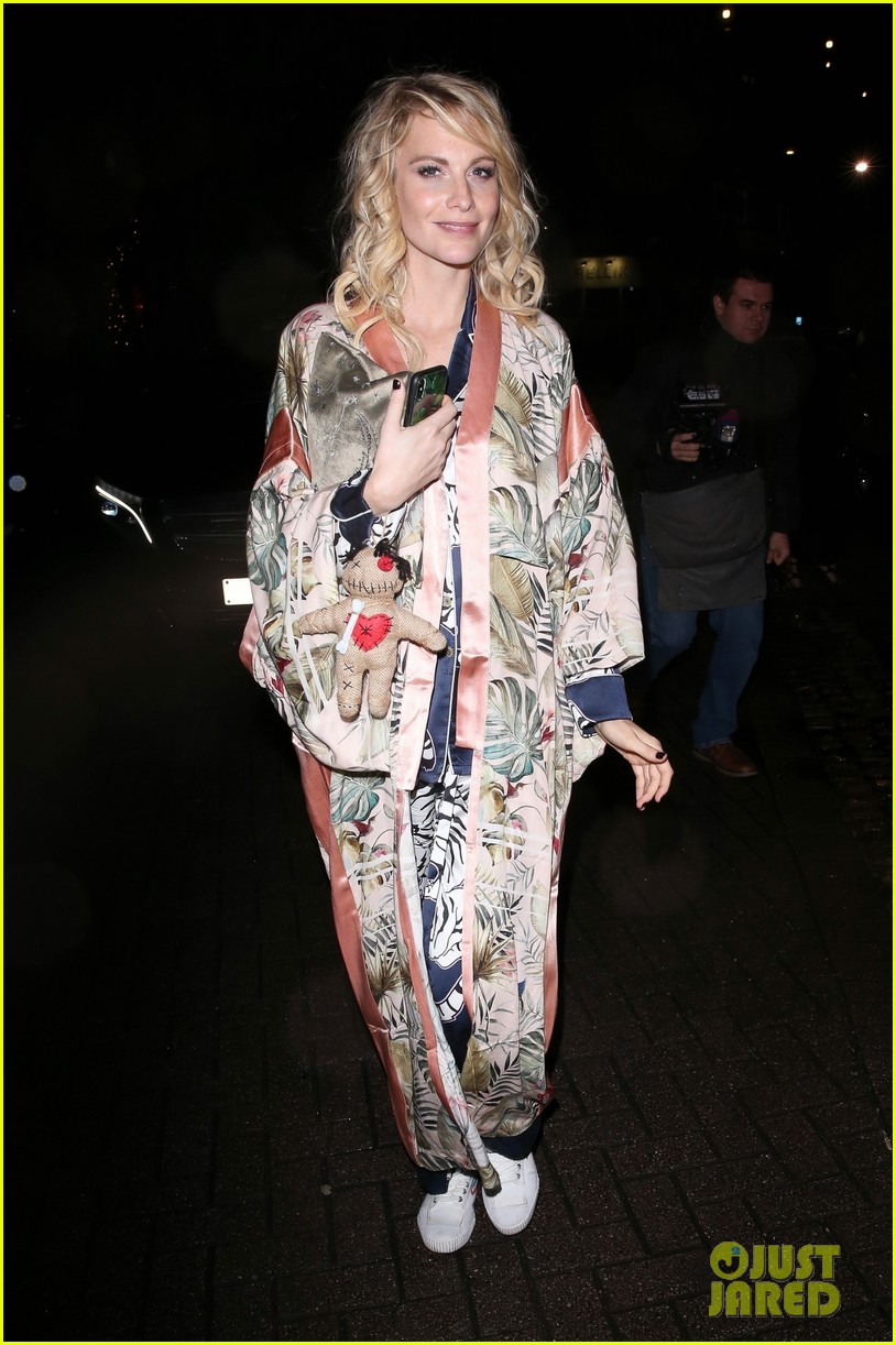 rita ora channels cher in witches of eastwick at her star studded halloween bash 024174020