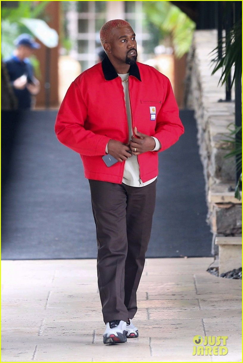 kanye west flashes a smile while leaving the hotel bel air 054185518