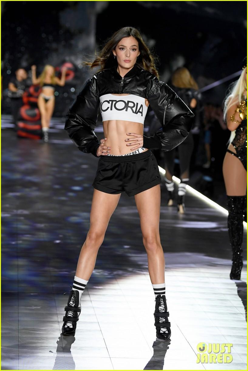 winnie harlow newbies victorias secret fashion show 054178328