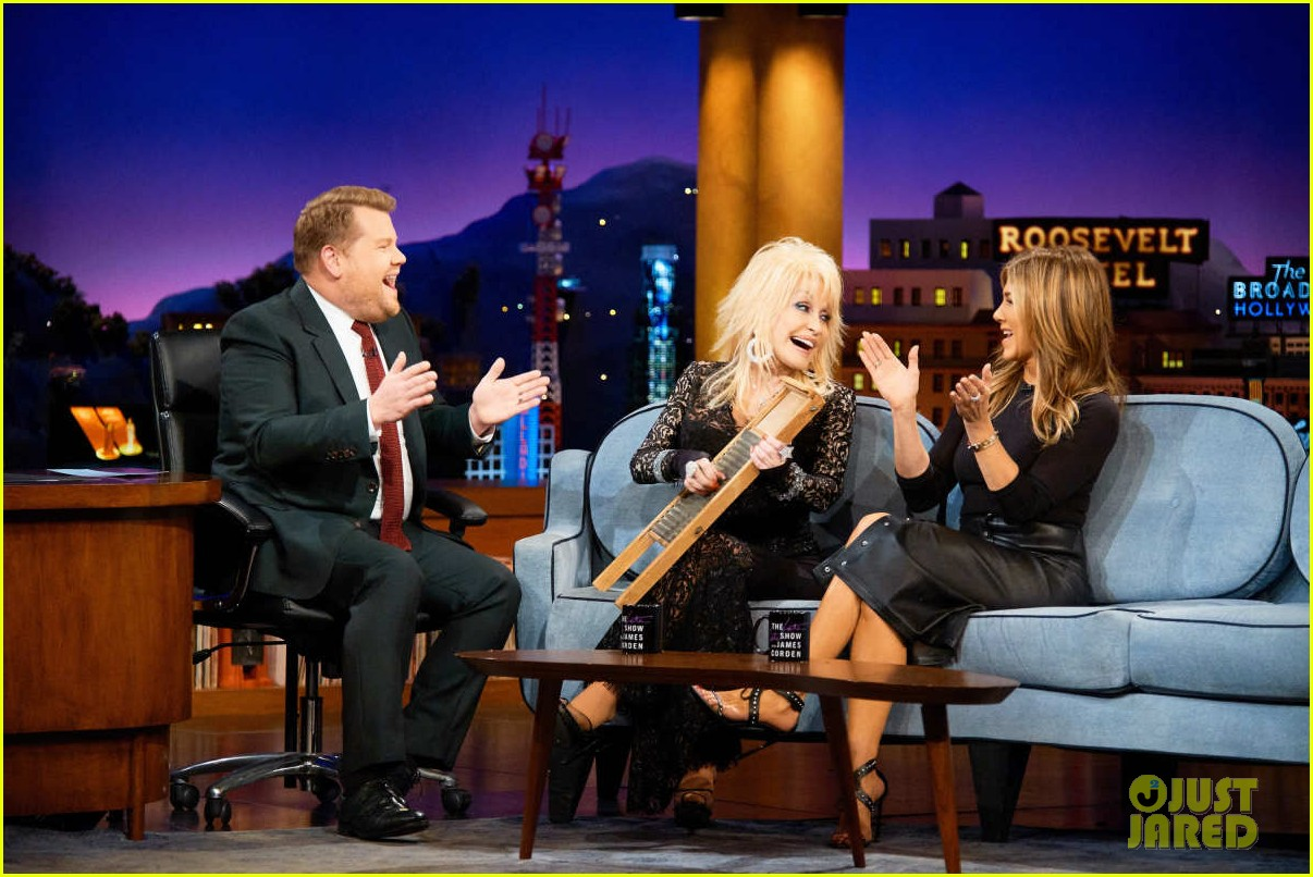 dolly parton ranks friends guys next to jennifer aniston on late late show 014195149