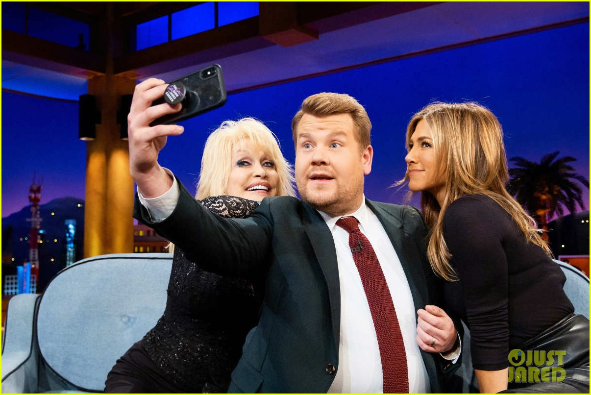 dolly parton ranks friends guys next to jennifer aniston on late late show 024195150