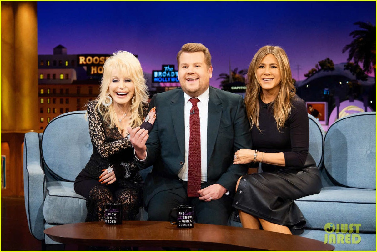 dolly parton ranks friends guys next to jennifer aniston on late late show 034195151