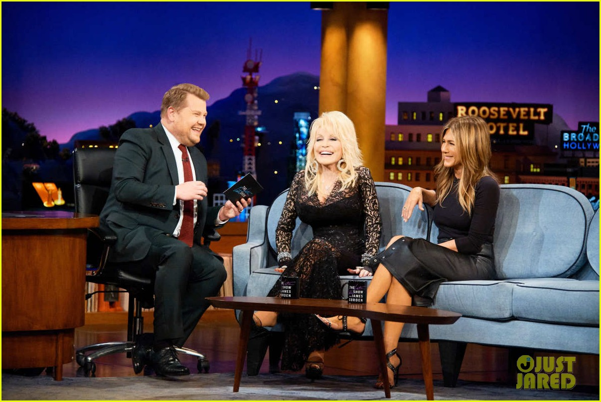 dolly parton ranks friends guys next to jennifer aniston on late late show 084195156