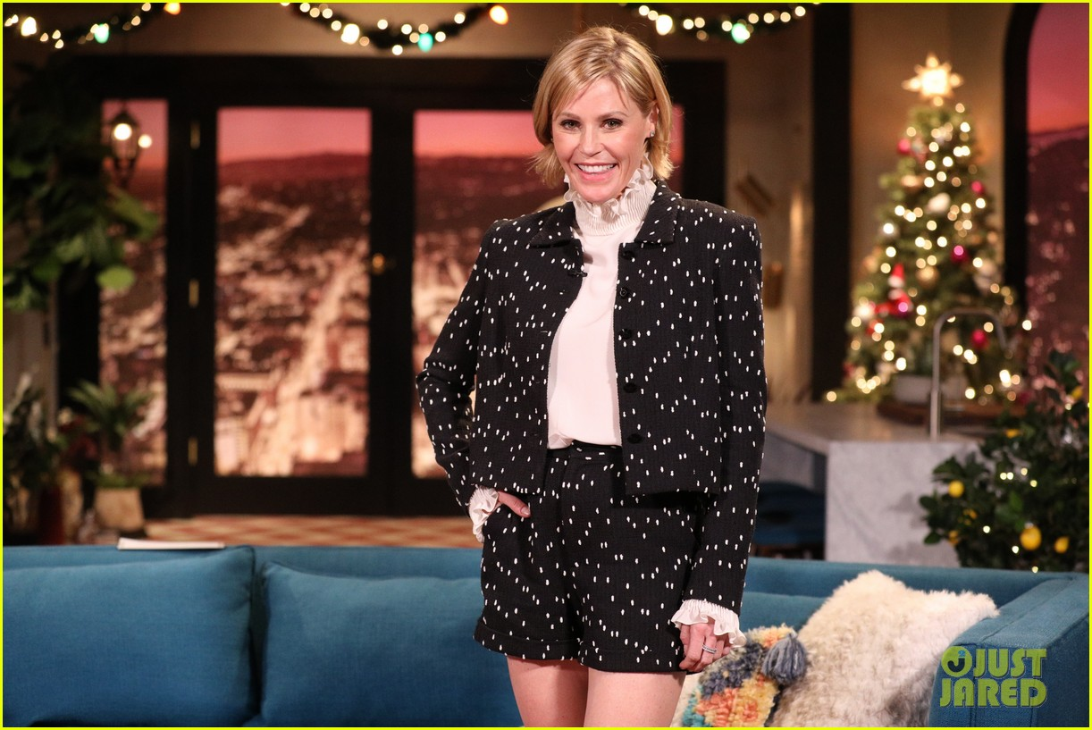 julie bowen says shes been told that modern family may get another season 01