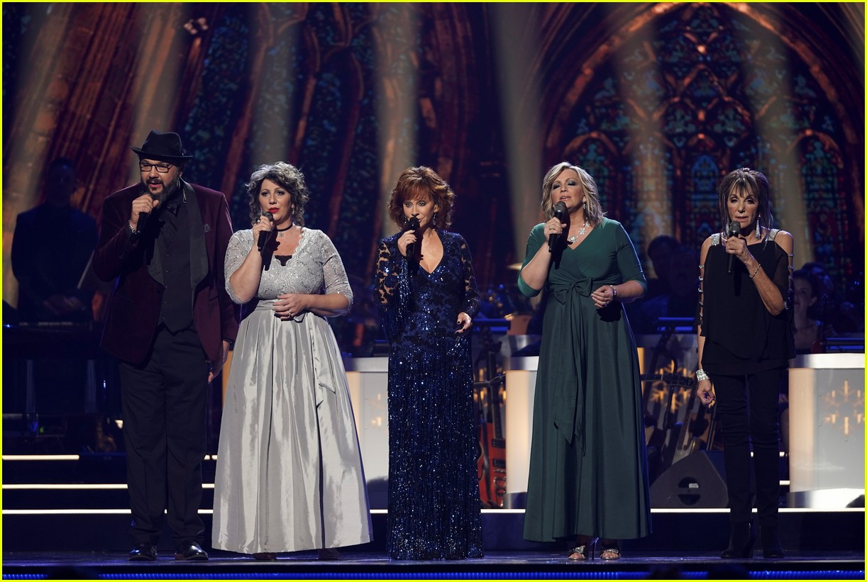 Cma Country Christmas 2018 Performers Lineup Revealed