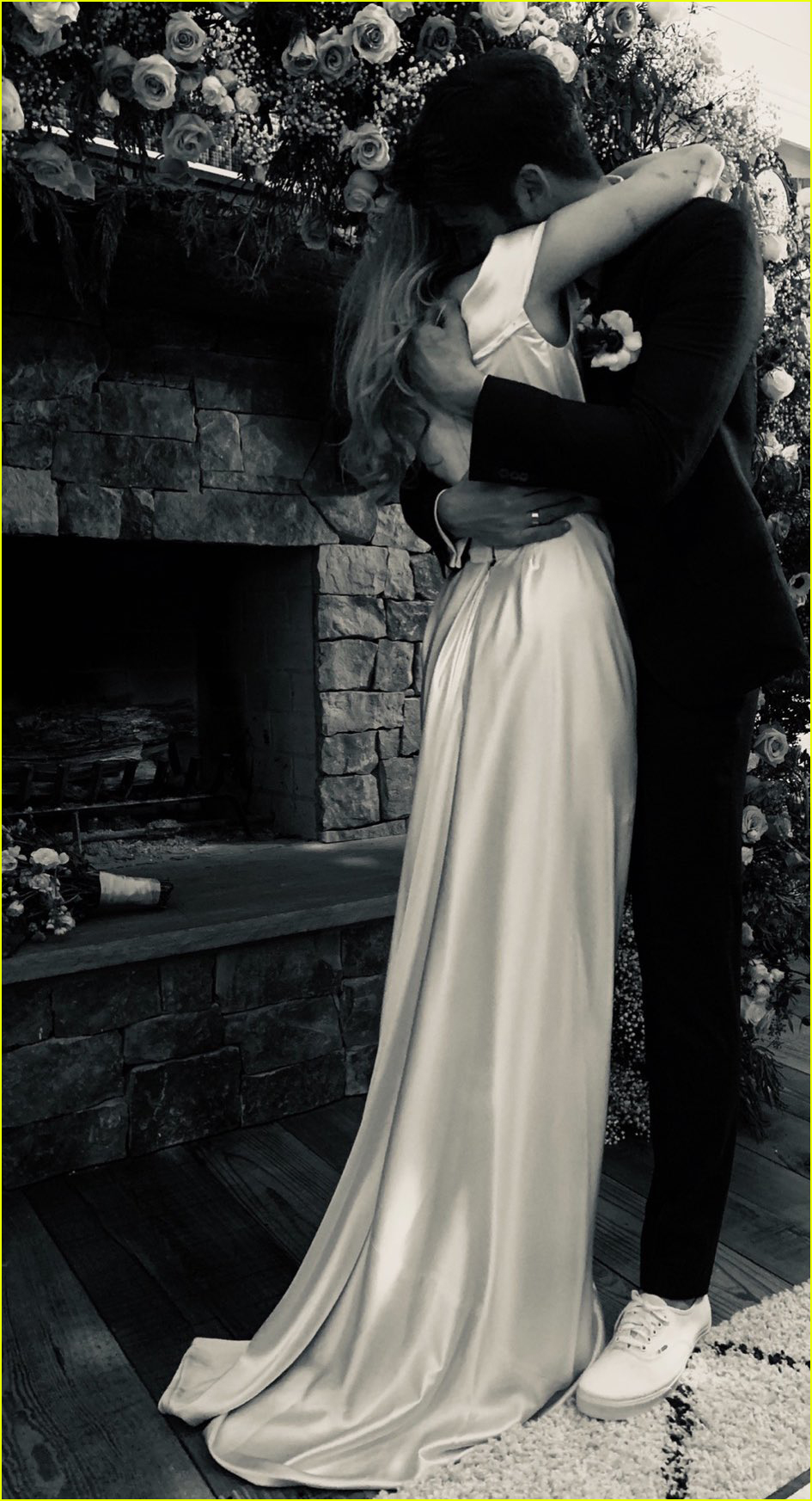 miley cyrus poses with parents billy ray tish cyrus at her wedding 01