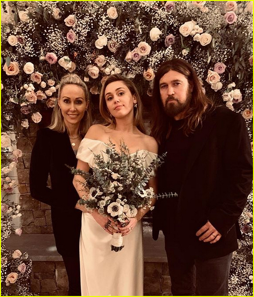 miley cyrus poses with parents billy ray tish cyrus at her wedding 02