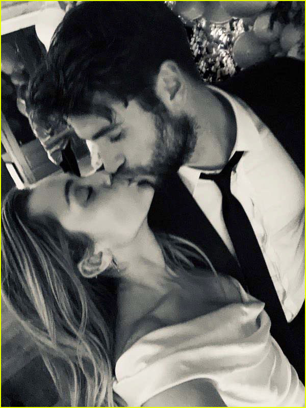 miley cyrus poses with parents billy ray tish cyrus at her wedding 03