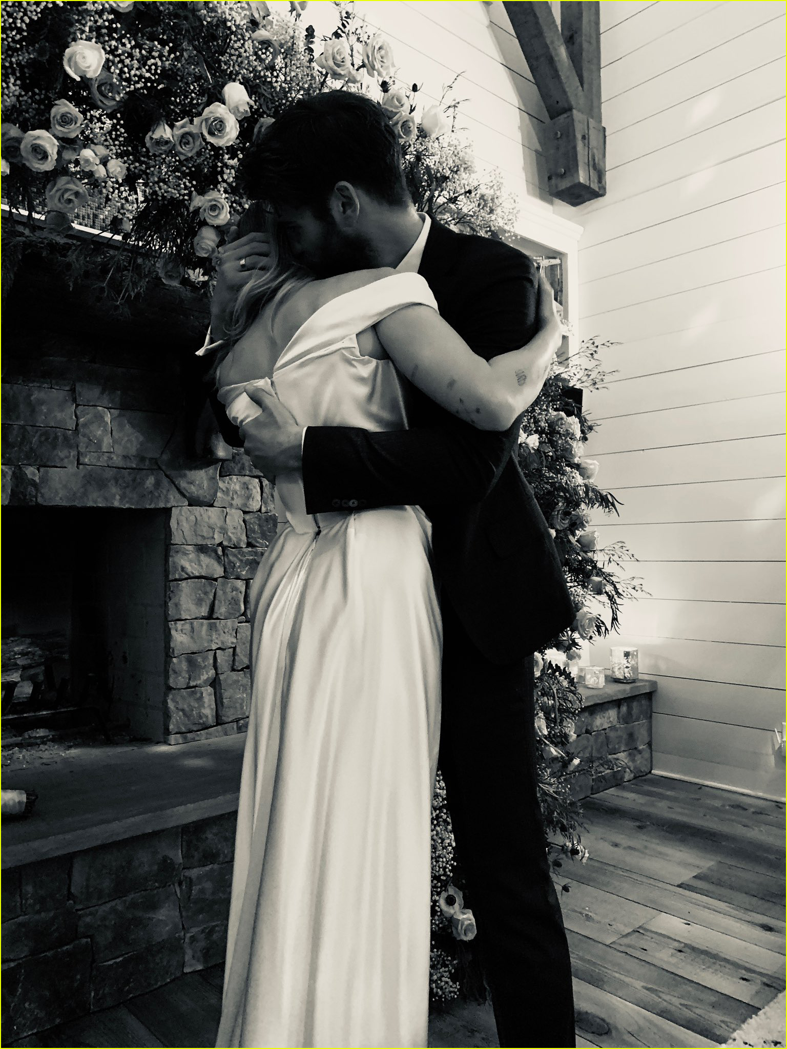 miley cyrus poses with parents billy ray tish cyrus at her wedding 04