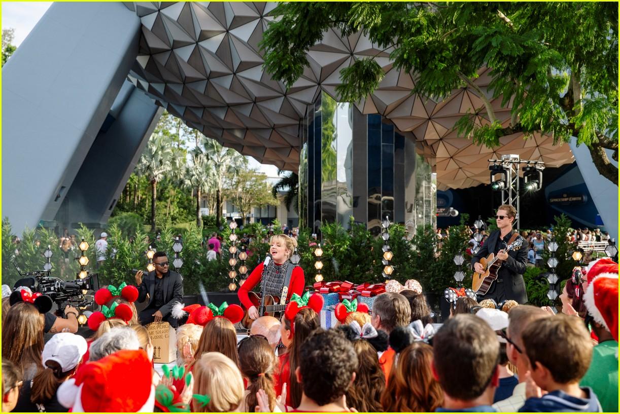 Disney Christmas Parade.Disney S Christmas Parade 2018 Performers Songs Lineup