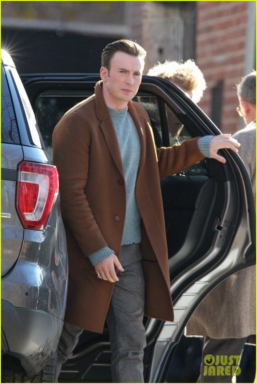 http://cdn01.cdn.justjared.com/wp-content/uploads/2018/12/evans-pat/chris-evans-gets-pat-down-knives-out-set-01.jpg