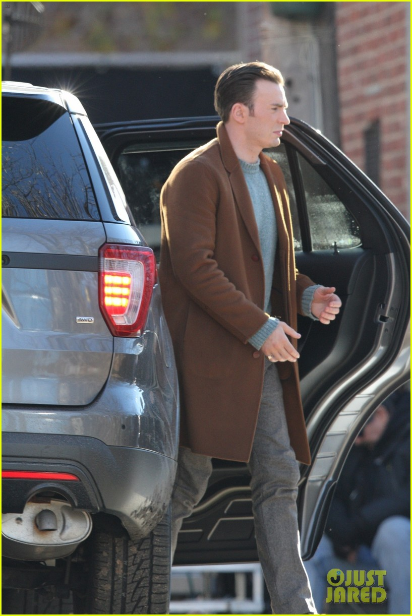 http://cdn01.cdn.justjared.com/wp-content/uploads/2018/12/evans-pat/chris-evans-gets-pat-down-knives-out-set-20.jpg