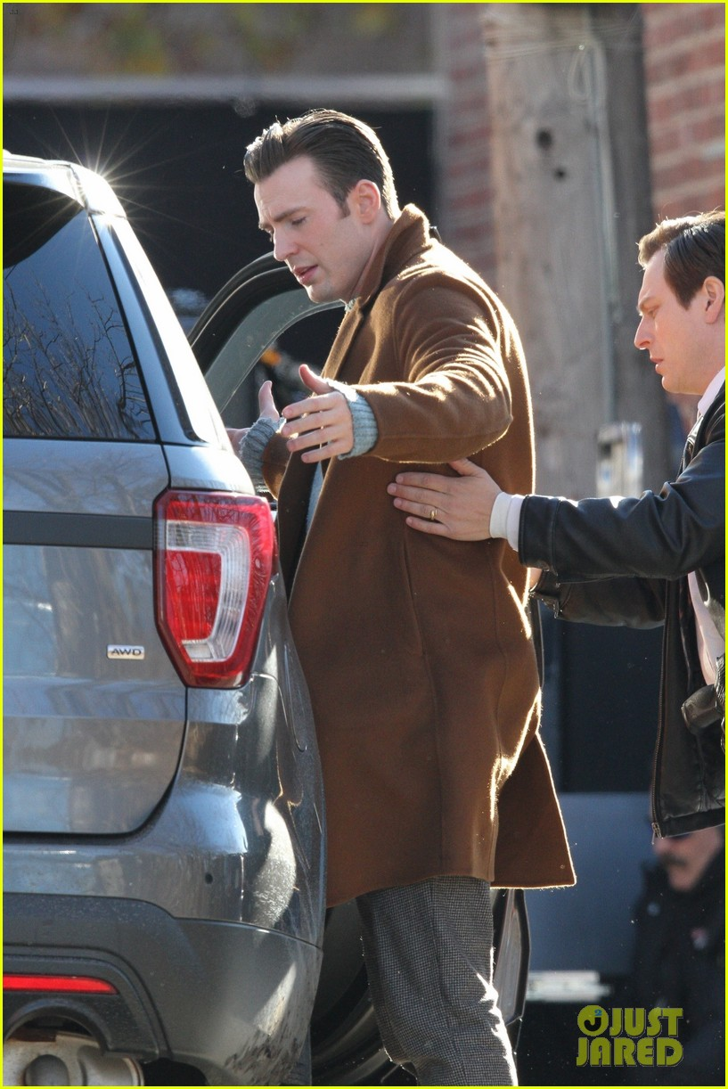 http://cdn01.cdn.justjared.com/wp-content/uploads/2018/12/evans-pat/chris-evans-gets-pat-down-knives-out-set-28.jpg