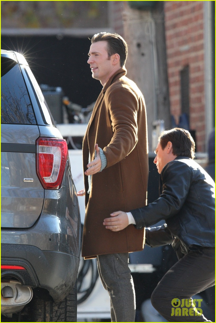 http://cdn01.cdn.justjared.com/wp-content/uploads/2018/12/evans-pat/chris-evans-gets-pat-down-knives-out-set-32.jpg