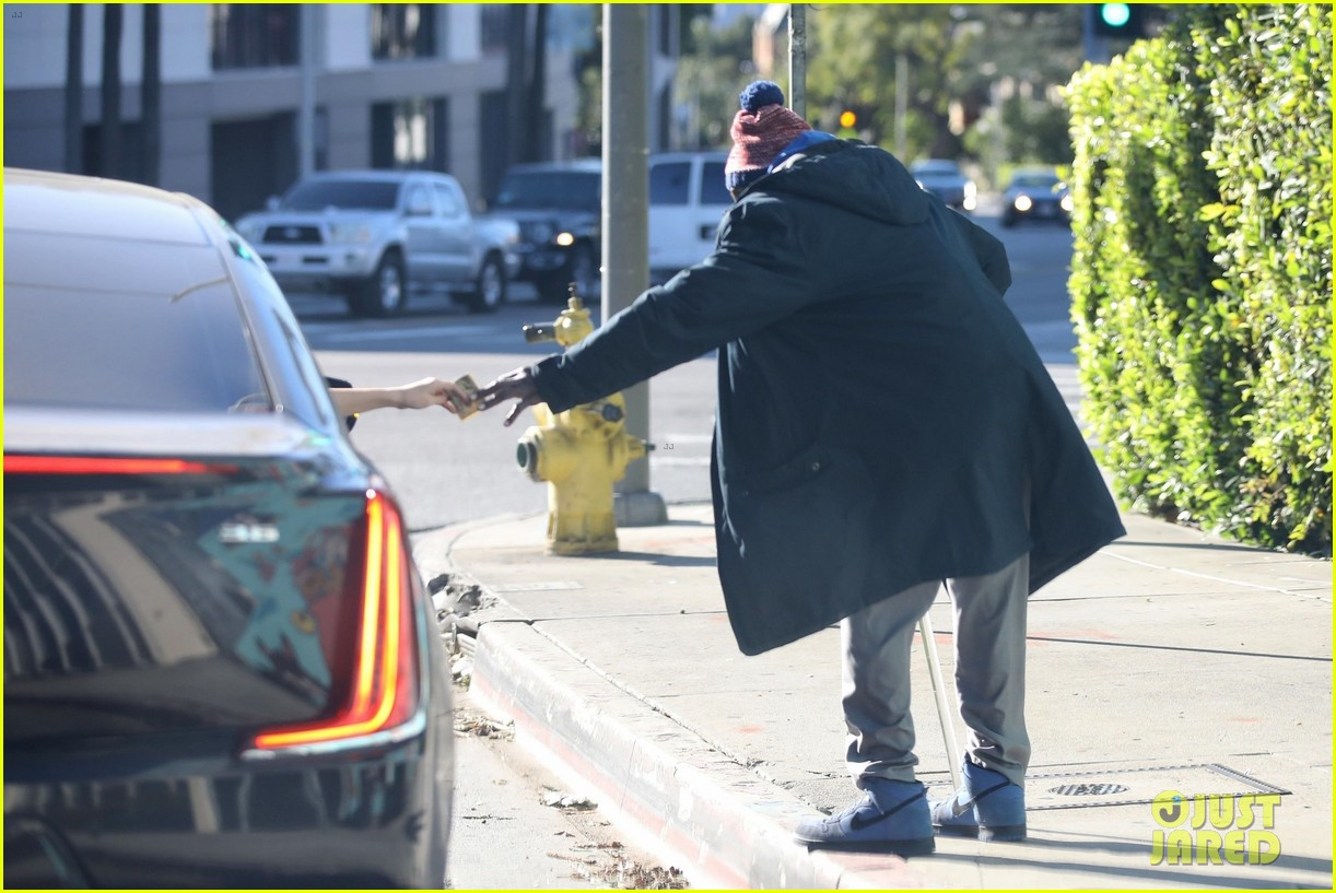 selena gomez chooses empathy while hepling out person in need 024203241