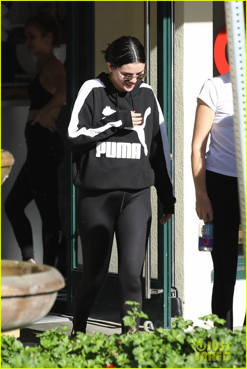 selena gomez chooses empathy while hepling out person in need 054203244