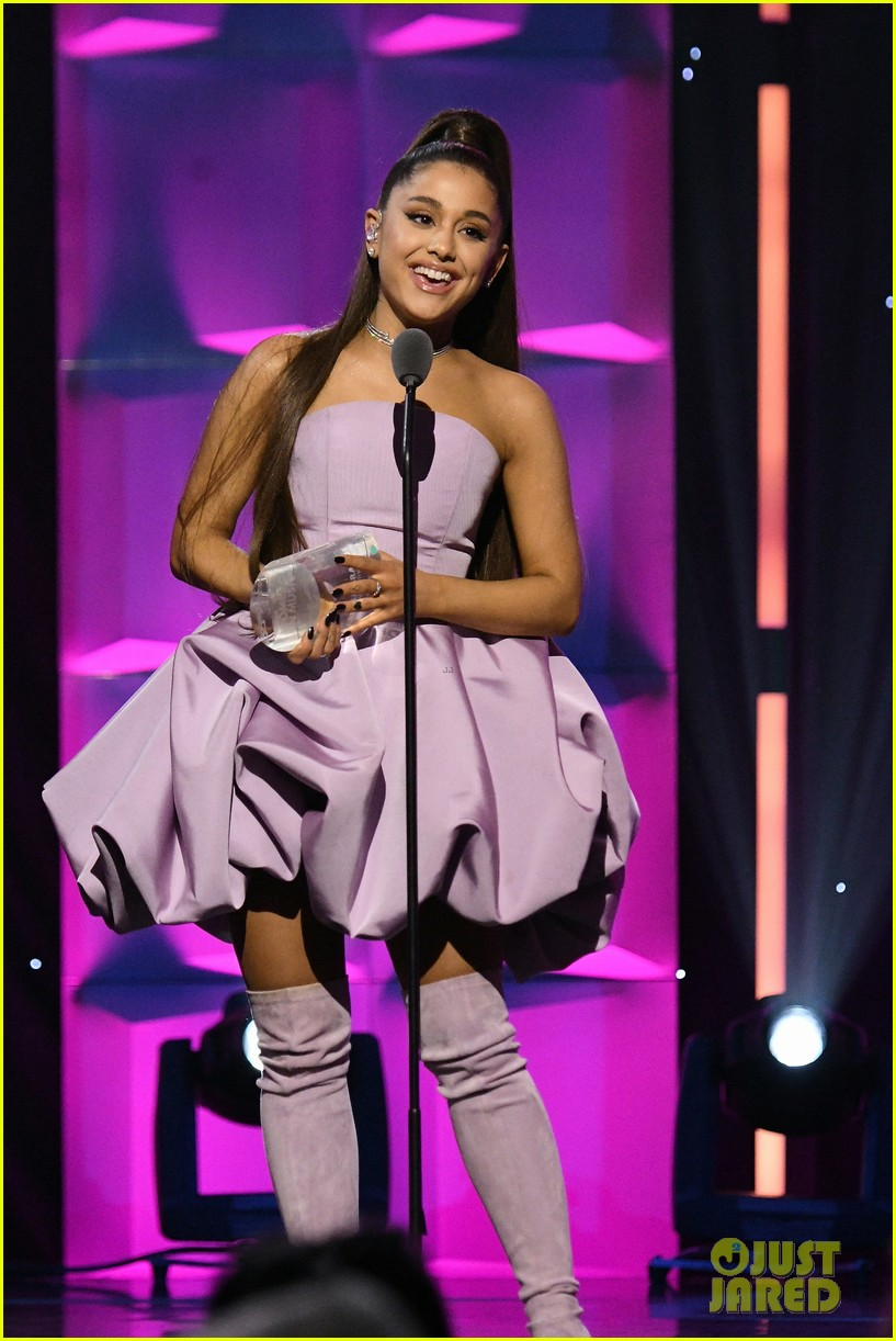 ariana grande gives emotional speech accepting billboard woman of the year award 024194722
