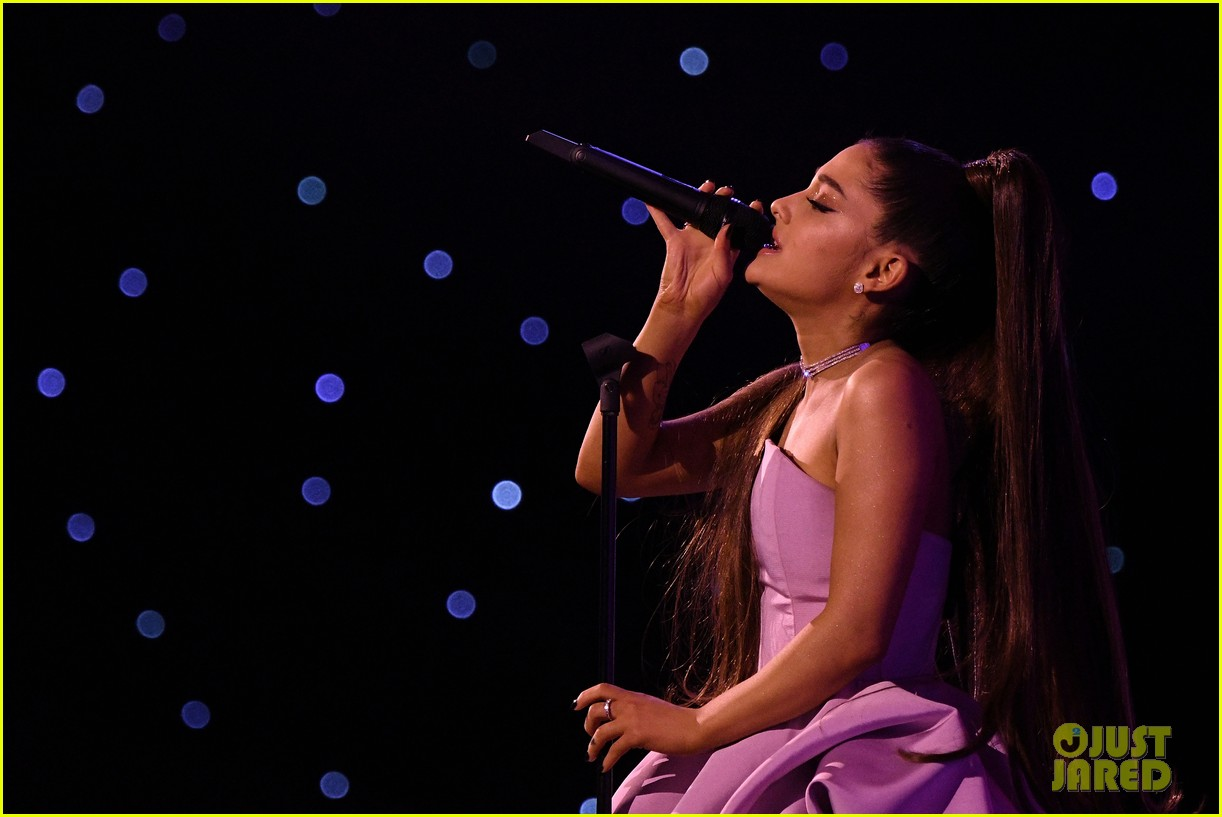 ariana grande gives emotional speech accepting billboard woman of the year award 034194723