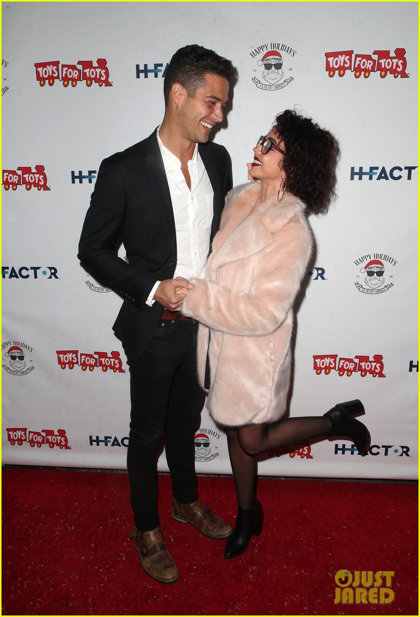sarah hyland and wells adams recreate a christmas story at toys for tots party 034197964