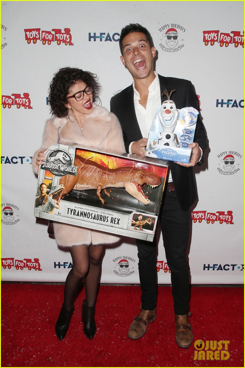 sarah hyland and wells adams recreate a christmas story at toys for tots party 044197965