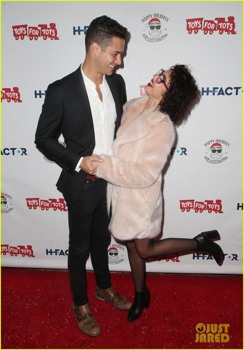 sarah hyland and wells adams recreate a christmas story at toys for tots party 064197967