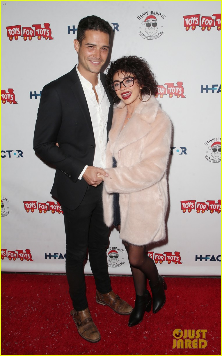 sarah hyland and wells adams recreate a christmas story at toys for tots party 074197968