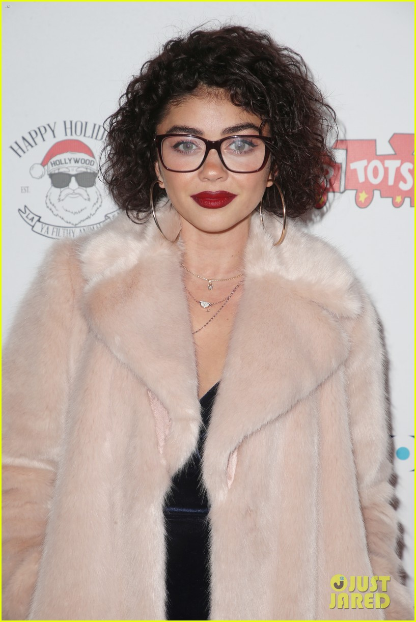 sarah hyland and wells adams recreate a christmas story at toys for tots party 084197969