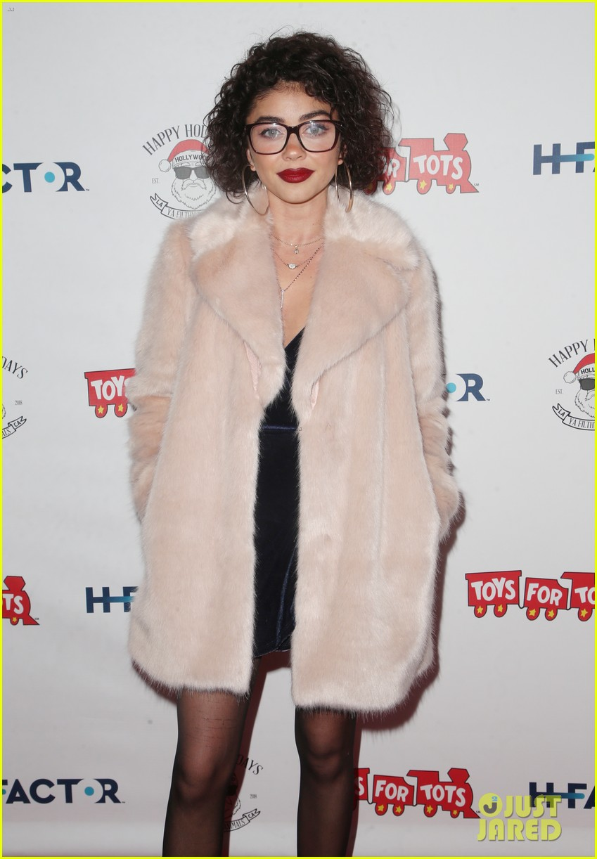 sarah hyland and wells adams recreate a christmas story at toys for tots party 094197970