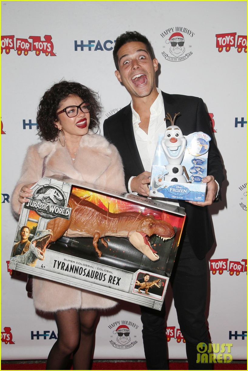 sarah hyland and wells adams recreate a christmas story at toys for tots party 114197972