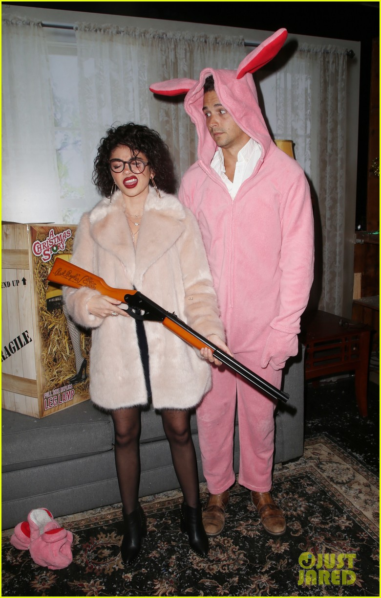 sarah hyland and wells adams recreate a christmas story at toys for tots party 124197973