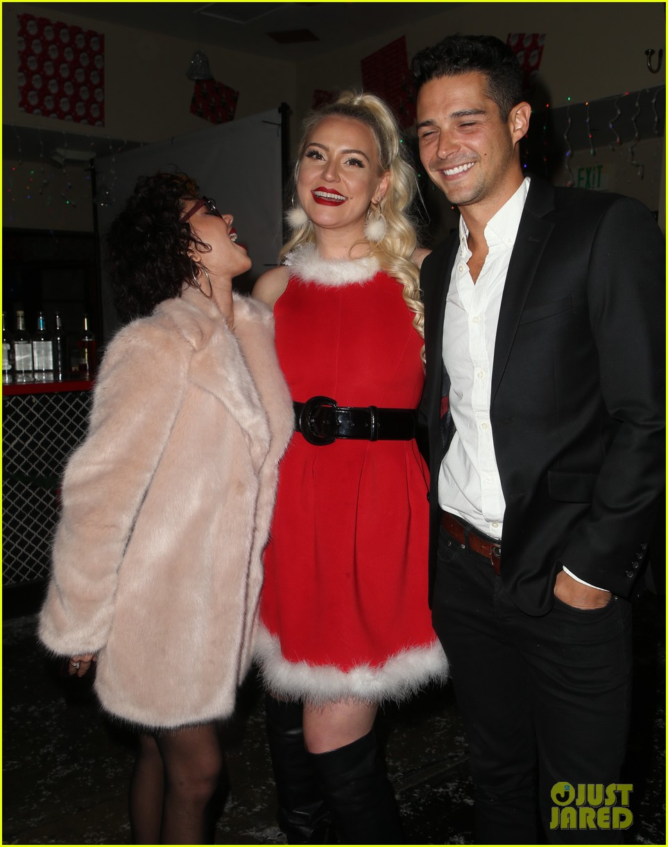 sarah hyland and wells adams recreate a christmas story at toys for tots party 164197977