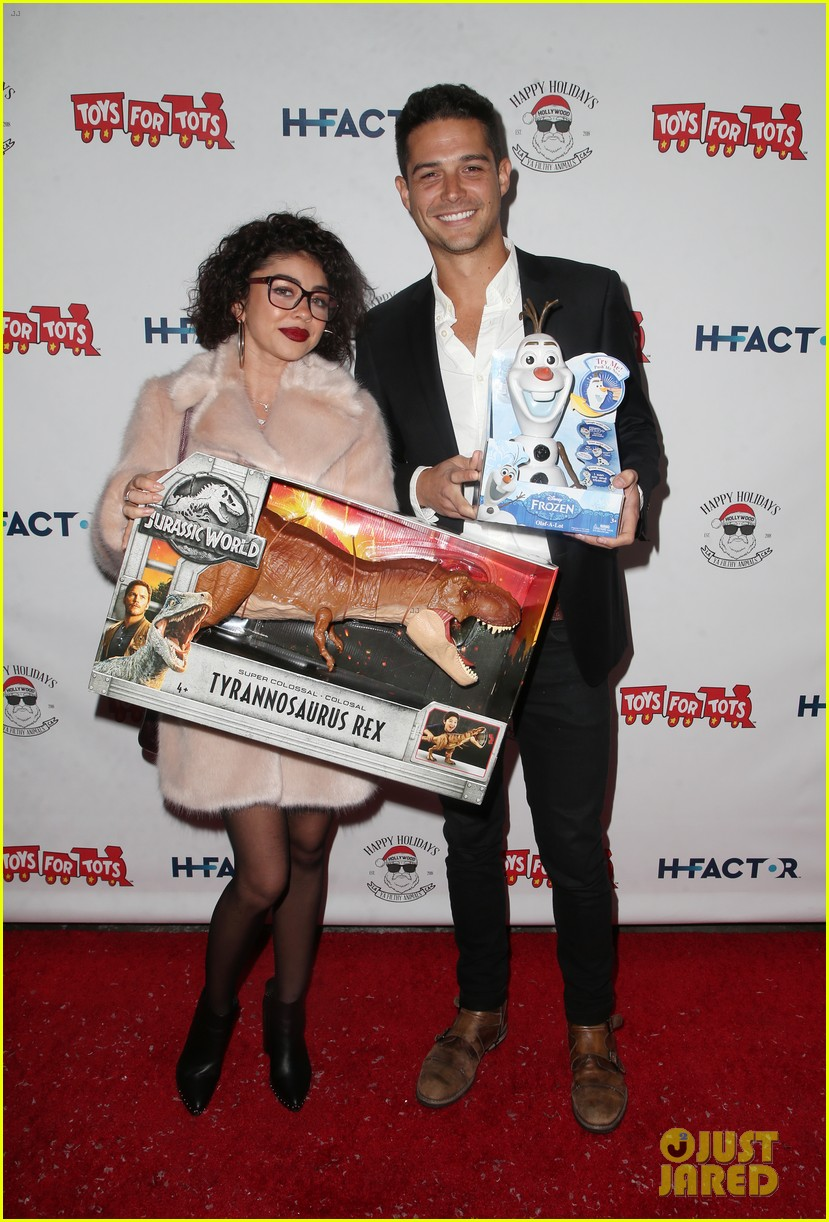 sarah hyland and wells adams recreate a christmas story at toys for tots party 184197979