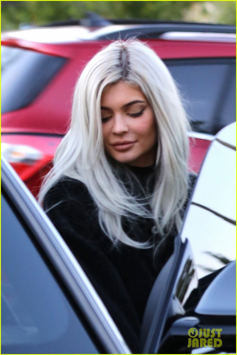 kylie jenner jordyn woods play around with tiny hands at lunch 024191188