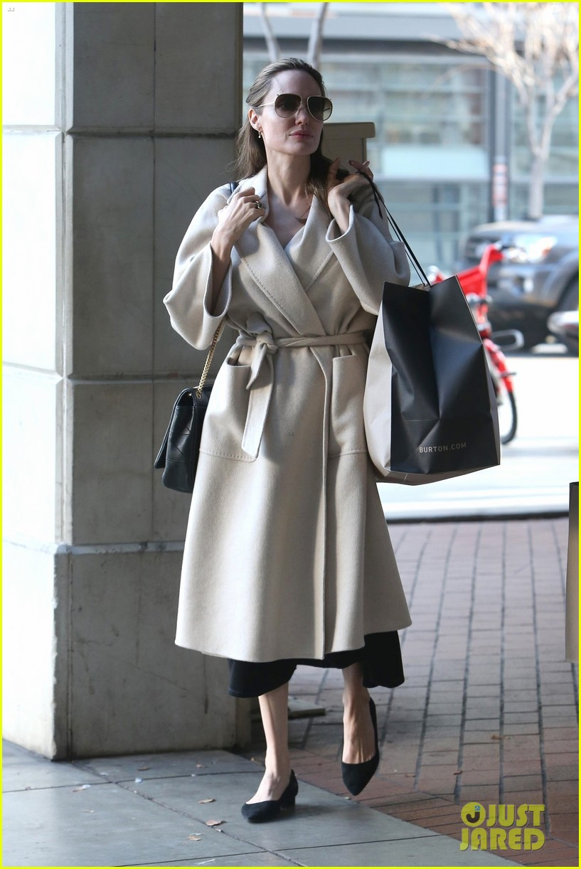 angelina jolie holiday shopping 034201760
