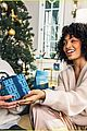 rashida jones yara shahidi star in tory burch holiday campaign 05