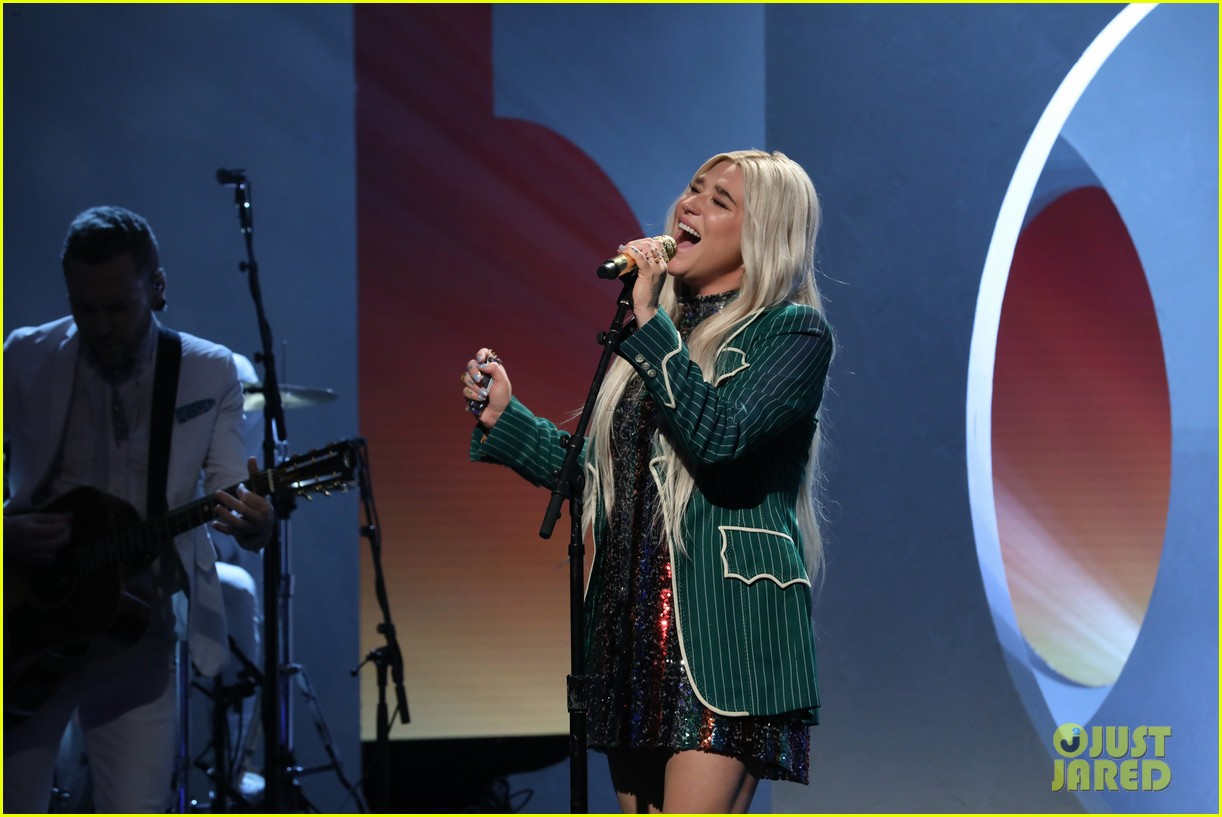kesha delivers empowering here comes the change performance on ellen 014197857