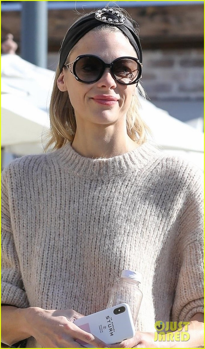 jaime king steps out for breakfast in hollywood 02