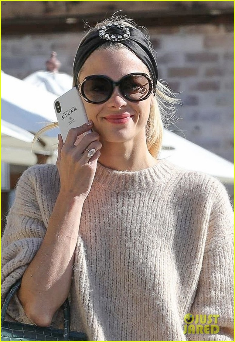 jaime king steps out for breakfast in hollywood 04