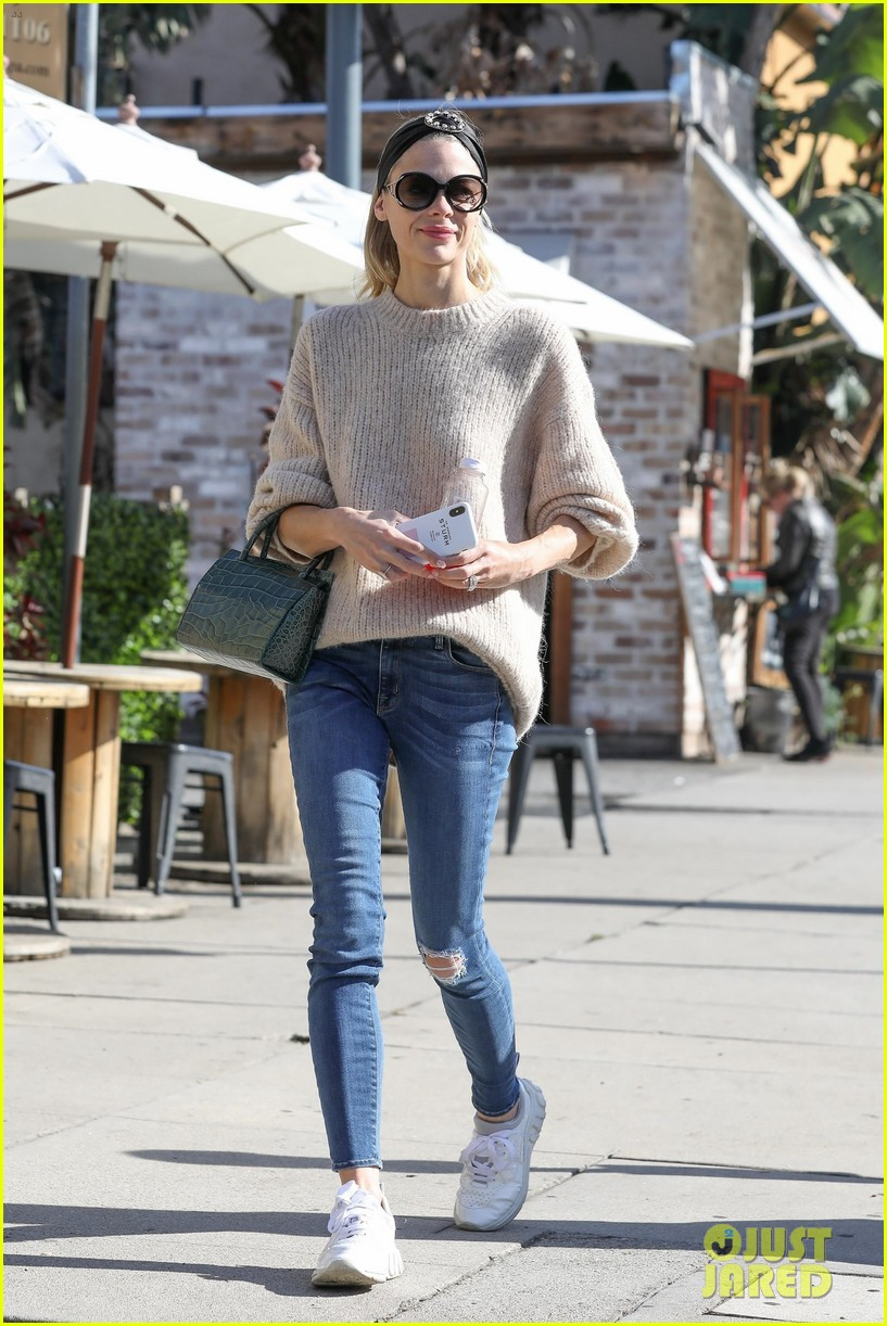jaime king steps out for breakfast in hollywood 05