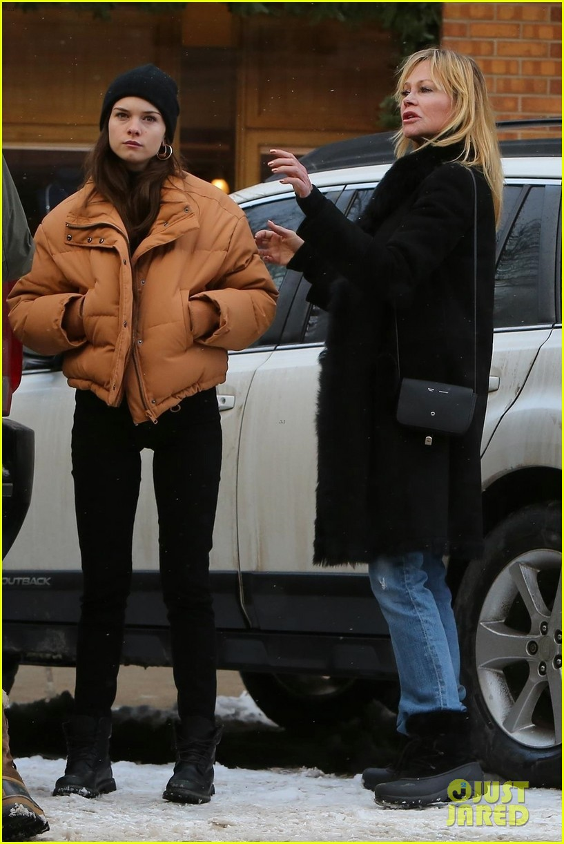 melanie griffith faughter stella banderas go shopping in aspen 04