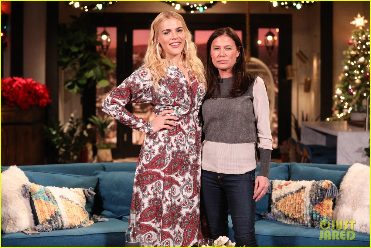 maura tierney stole a picture of oprah winfrey for busy philipps 07