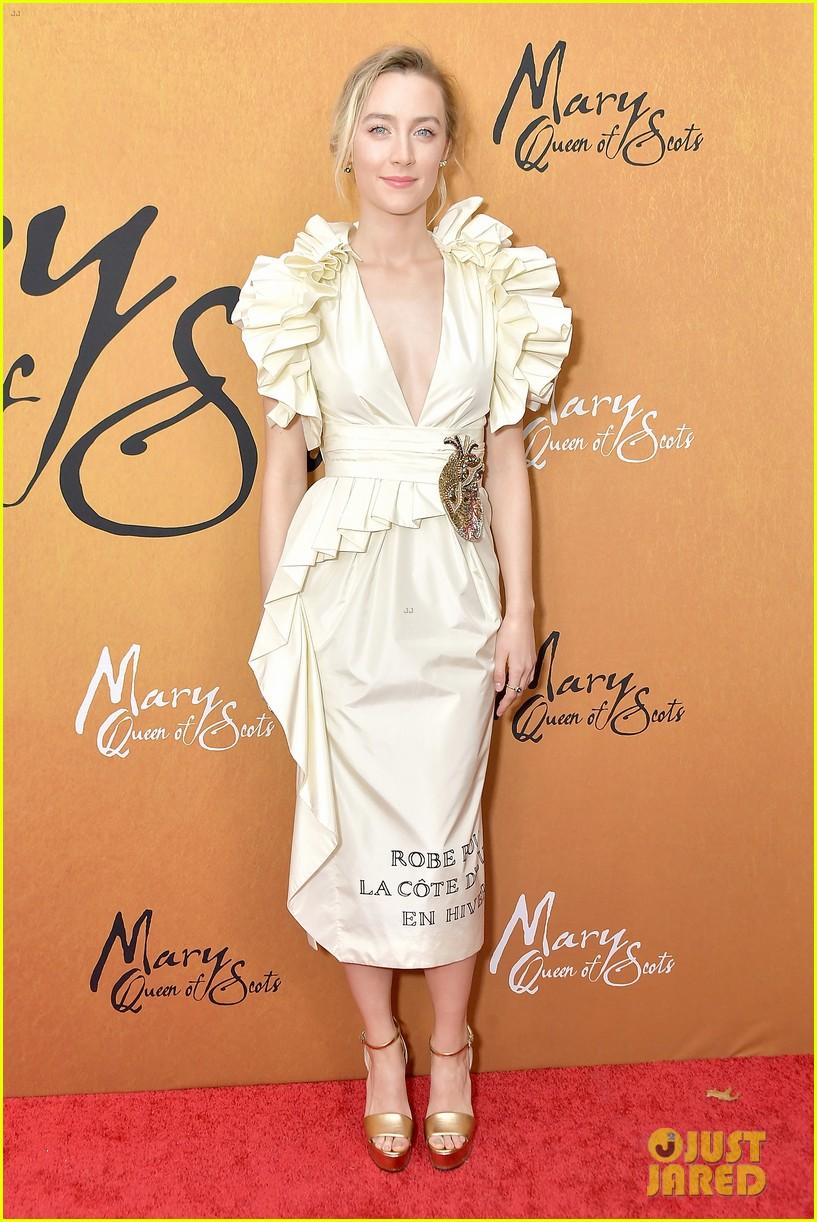 margot robbie saoirse ronan mary queen of scots premiere 014193440