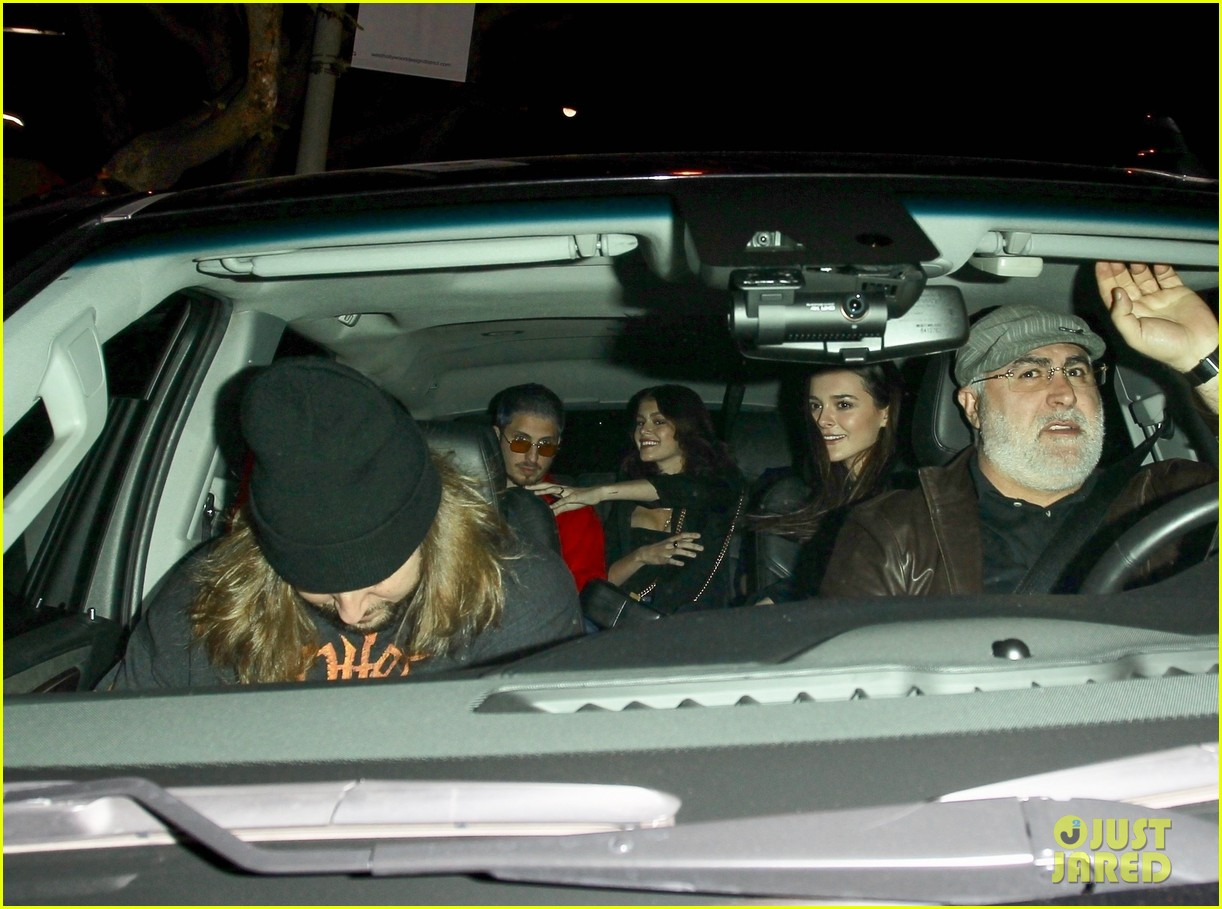 emma roberts and kaia gerber attend jon mayer and dave chappelles show 044203195