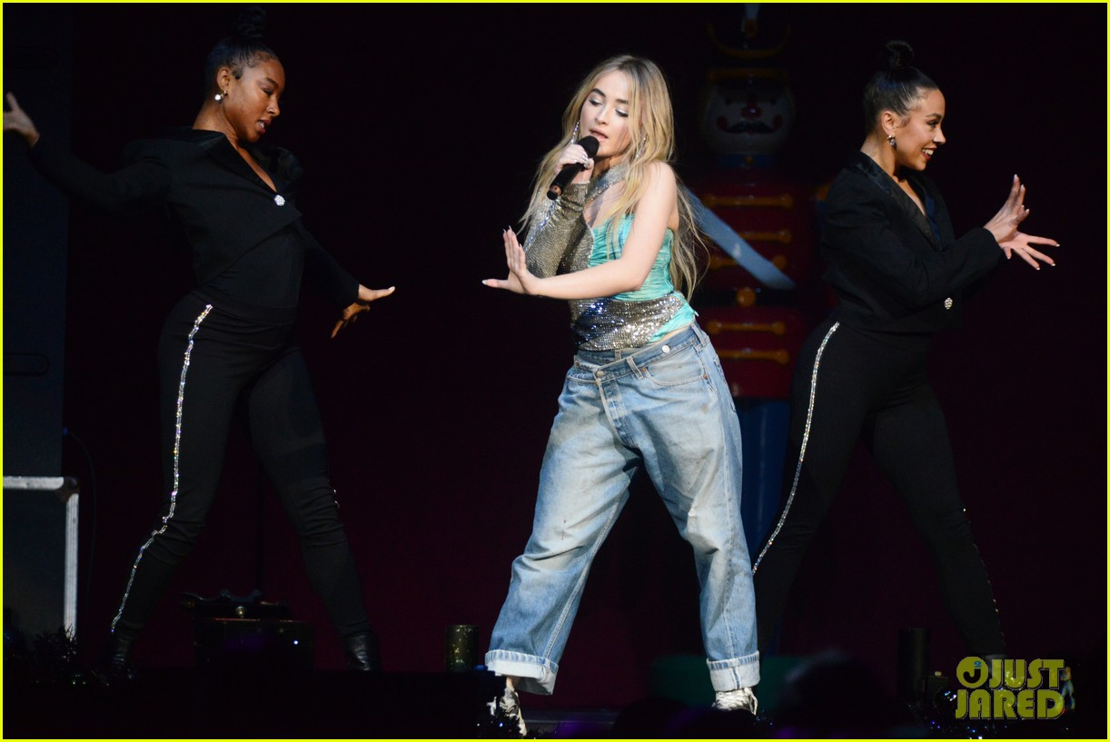 sabrina carpenter debuts new jingle ball outfit 114199219