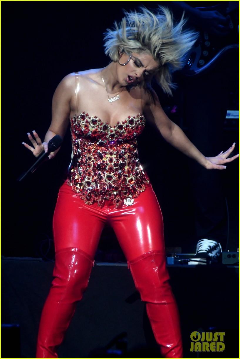 sabrina carpenter debuts new jingle ball outfit 144199222