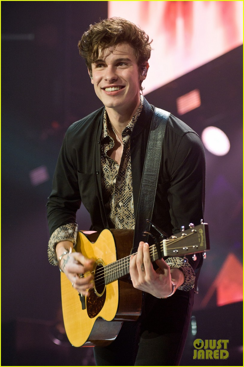 shawn mendes rocks out at 1035 kiss fm jingle ball chicago 024198534