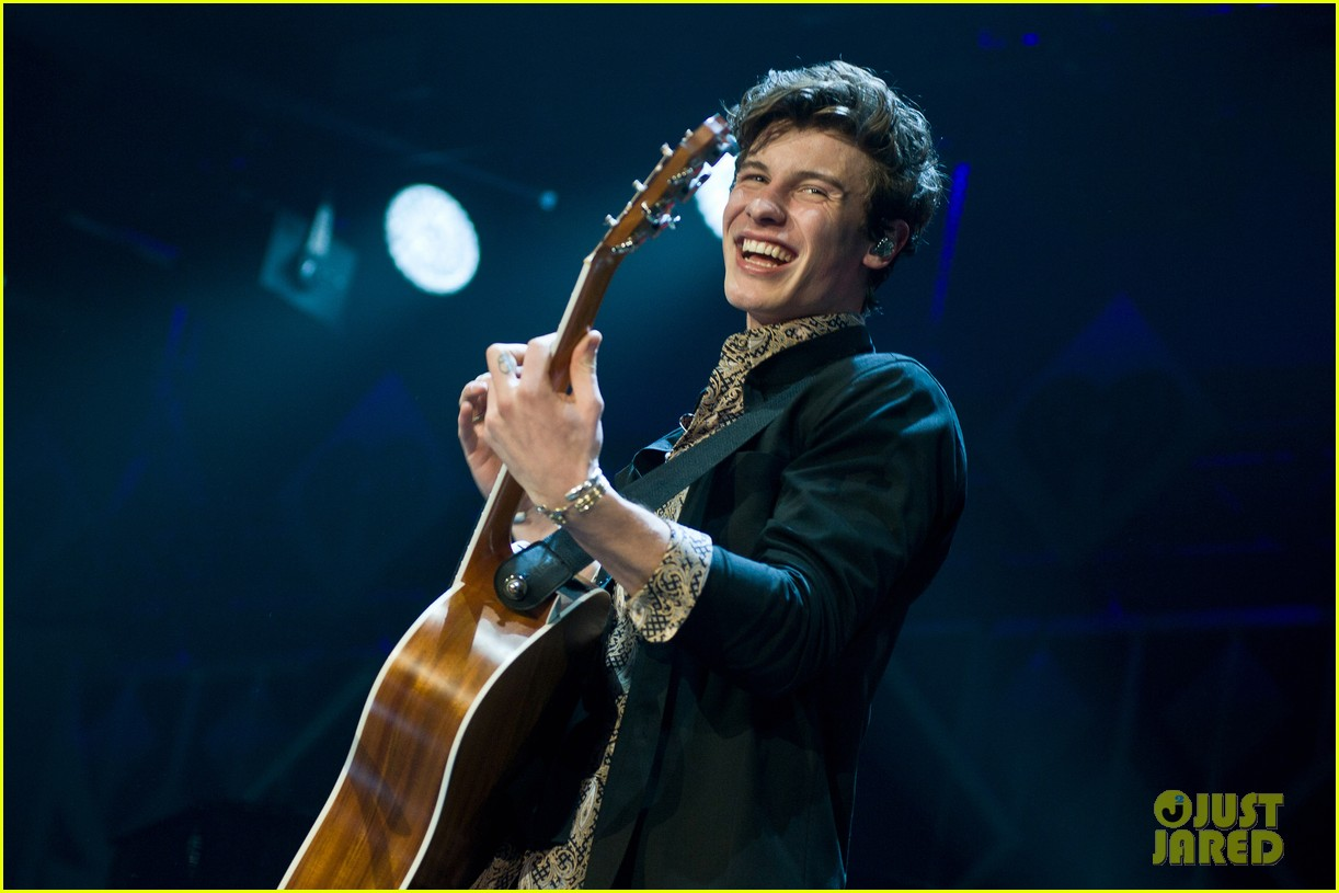 shawn mendes rocks out at 1035 kiss fm jingle ball chicago 054198537